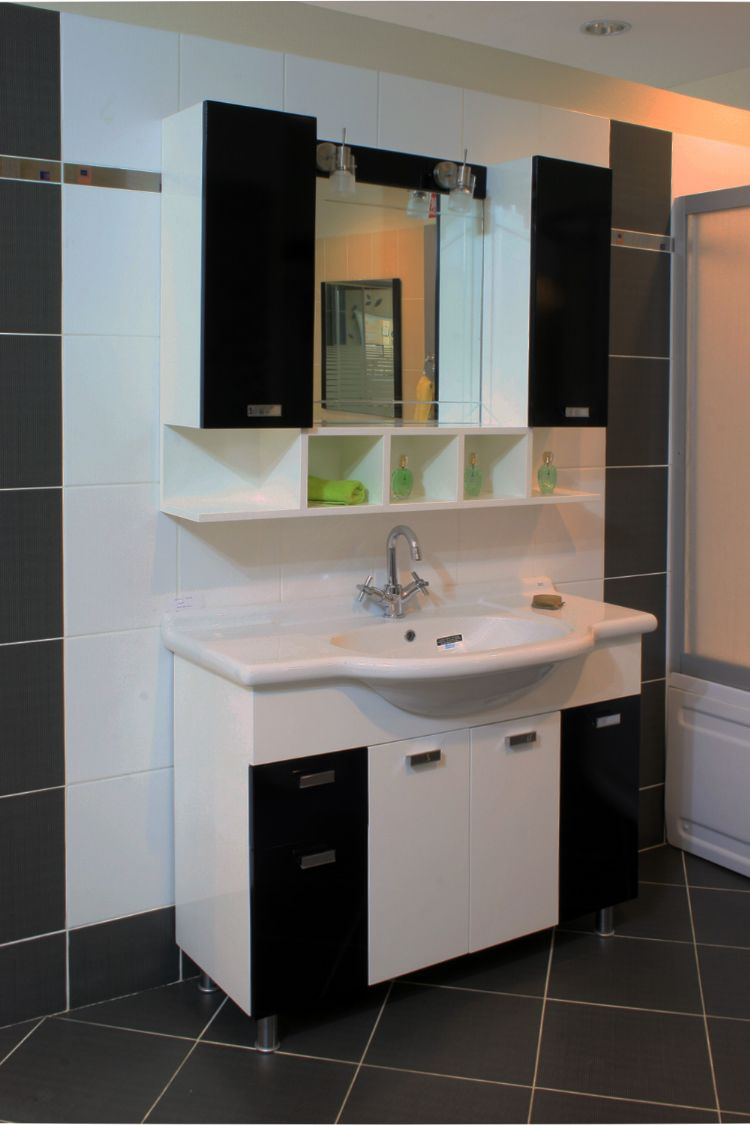 siyah beyaz hilton banyolar