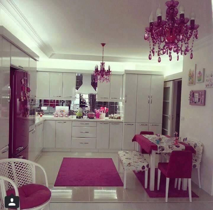 mor ve beyaz renk tonlarında mutfak dekorasyonu