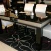 Modern parlak siyah beyaz uyumlu masko masa sandalye örnekleri